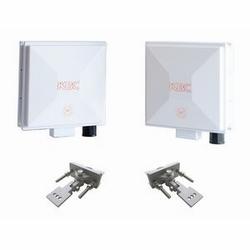 Sans fil haut débit Ethernet Kit système consistant en un seul 1 WES2HT-BA-CA et l'autre 1 modules CA-BC-WES2HT avec 17 antennes de dBi et toutes les pièces de montage.