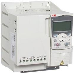 Entraînement à fréquence variable (engins en général), entrée triphasée, 480 V AC, 7,5 HP, IP20, panneau de configuration de base, potentiomètre, mural, cadre R3