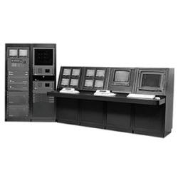 CM9770 Clôturant le système de commande et de commutation matrice vidéo composé d'un seul processeur (3 RUs) et deux baies de matrice (12 RUs). Offre 160 entrées vidéo et 16 sorties vidéo. NTSC/120 V AC